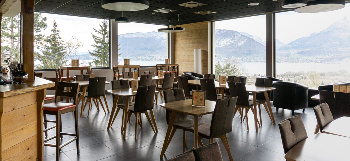 Bar panoramique avec vue sur le lac d'Annecy